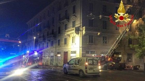Milano, incendio in una palazzina del centro: le fiamme distruggono il tetto, evacuate 15 persone