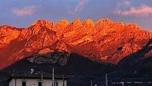 Lecco: il tramonto rosso fuoco sul Resegone dà spettacolo su Instagram