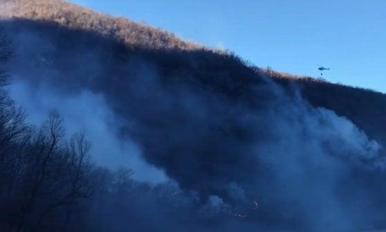 Bruciano ancora le montagne di Varese: a fuoco i boschi in Valganna