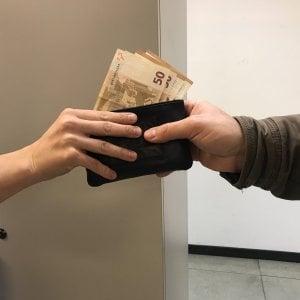 Monza, trova un portafogli con dentro 35mila euro e lo consegna alle casse del supermercato