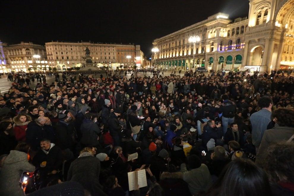"""Milano, piazza Duomo si riempie per la """"cantata anarchica"""" dedicata a Fabrizio De André"""
