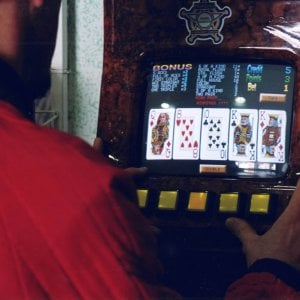 Milano, doppia rapina al gestore delle slot machine: prima l'incasso, poi il furgoncino