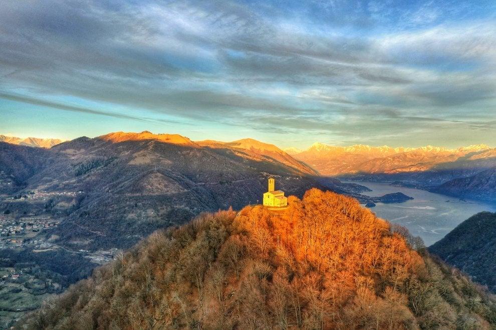 Como, lo spettacolo del tramonto sull'eremo di San Zeno