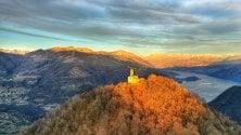 Como, lo spettacolo  del tramonto illumina l'eremo di San Zeno