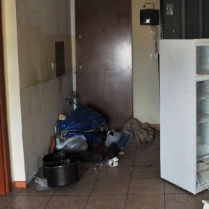 Milano, in 10 in un bilocale di 50 metri senza acqua, tra sporcizia e blatte: denunciato proprietario