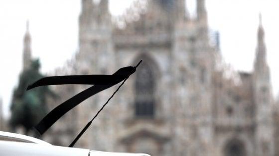 """Un fiocco nero sui taxi di Milano per il collega eroe investito per strada: """"Ciao Eugenio, non ti dimenticheremo"""""""
