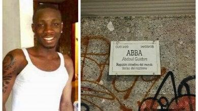 """La targa per Abba dei suoi amici, in attesa di quella del Comune: """"Ucciso dal razzismo"""""""