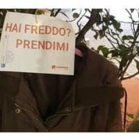 Solidarietà, cappotti per i senzatetto appesi agli alberi della Brianza: