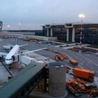 Malpensa, cittadino egiziano fugge dall'aereo che lo rimpatria, caos nello