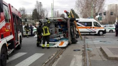 Ambulanza si scontra con auto mentre va a prendere un medico d'emergenza: tre feriti