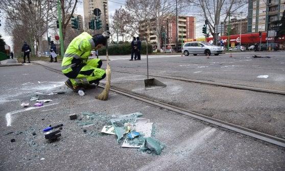 Ambulanza si scontra con un'auto a Milano mentre va a prendere medico per emergenza: tre feriti