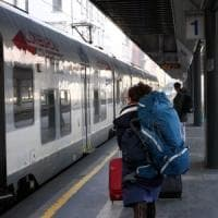 Giovane sfonda un vetro sul Lecco-Milano:  disagi e ritardi per i pendolari