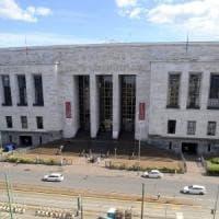 Milano, giovane avvocato cade dalle scale del tribunale: è grave