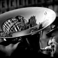 """""""Street life Milano"""": all'Urban Center gli scatti che raccontano il lato poetico e ironico della città"""