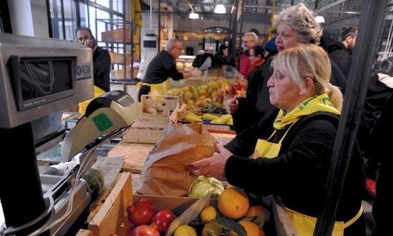 """Milano: la """"spesa sospesa"""" dell'arcivescovo Delpini al mercato"""