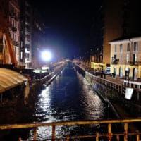 Milano, ubriaco cade nel Naviglio: catena umana dei carabinieri per salvarlo