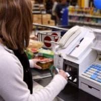 Milano, aggredisce cassiera e vigilantes del supermercato: arrestato