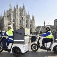 A Milano i postini viaggiano su tre ruote: arrivano i nuovi mezzi elettrici per consegnare lettere e pacchi