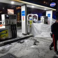 Milano, si cosparge di benzina e si dà fuoco in strada: inutili i soccorsi