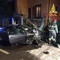 Busto Arsizio: si schianta con l'auto contro il cancello di una casa