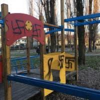Cremona, svastiche sui giochi dei bambini alla vigilia del Giorno della Memoria