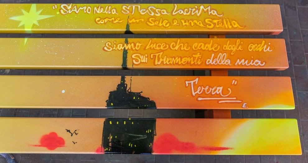 Baci a labbra salate e trottolini amorosi: sulle panchine i versi di Sanremo in versione San Valentino