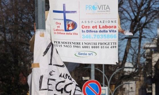 Pubblicità anti-aborto davanti alla Mangiagalli di Milano: la concessionaria rimuove il cartellone