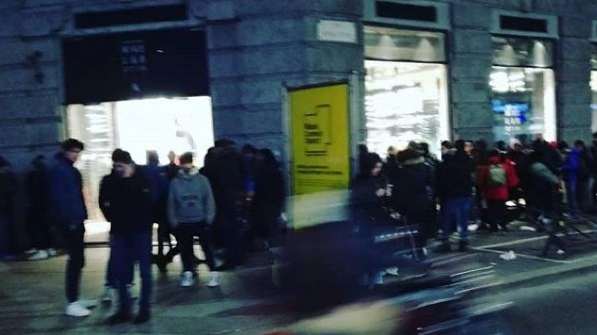 colori e suggestivi vestibilità classica prima clienti Ressa e spintoni davanti al Nike Store, i ragazzi in fila ...