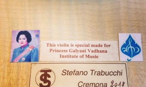 Un violino blu unico al mondo: l'opera del liutaio di Cremona vola in Thailandia