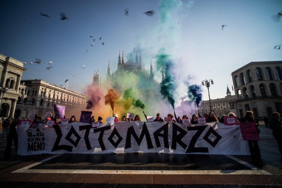 """""""Lotto marzo per i nostri diritti"""": in piazza Duomo a Milano flash mob delle donne di 'Non una di meno'"""