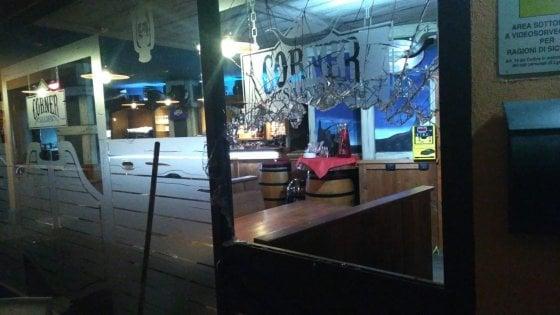 Milano, barista rinchiude rapinatore nel locale: lui spara 7 colpi contro la vetrina e scappa