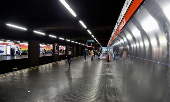 Nel metrò a Porta Venezia l'arcobaleno cancellato dalla pubblicità: polemiche sulla scelta di Atm