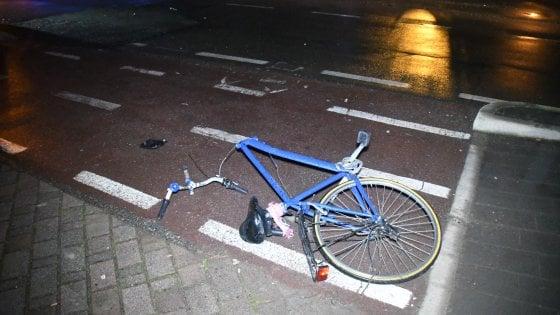 Milano, ciclista investito da donna ubriaca alla guida durante un sorpasso azzardato: è grave