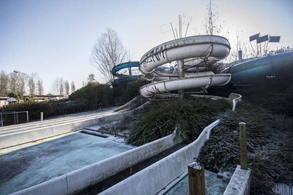 Scivoli abbandonati e piscine piene di rifiuti: il degrado dell'Acquapark nel fotoracconto dei luoghi abbandonati d'Italia