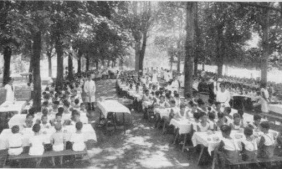 Panini al salame per portare i bambini in classe: così nel 1900 nacque la mensa scolastica a Milano