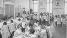 Panini al salame per portare i bambini in classe: nel 1900 nacque la mensa scolastica