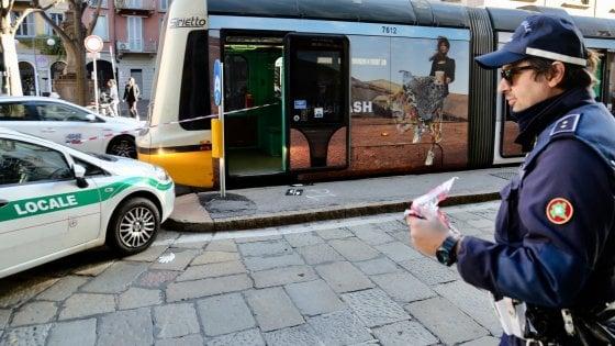 Milano, 39enne investito dal tram: è in pericolo di vita