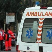 Auto si schianta contro la pensilina del bus a Brescia: travolti in quattro, tutti salvi