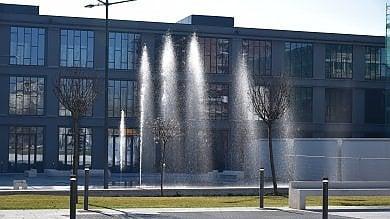 Foto  Erogatori di aromi, arpa pubblica  e ciliegi: la piazza è in zona Monumentale