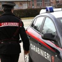 Accoltella la moglie e ferisce il figlio 13enne: 42enne arrestato in provincia
