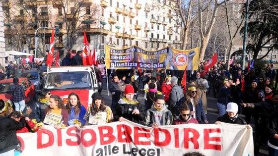 """Decreto sicurezza, in migliaia in corteo a Milano: """"Disobbediamo alle leggi razziste"""""""