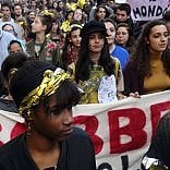 """Migliaia in piazza a Milano  contro il decreto sicurezza:  """"Disobbediamo alle leggi razziste"""""""