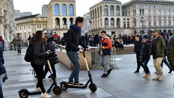 """Milano sperimenta i monopattini elettrici: solo su strada e a velocità ridotta. """"Così la città diventa green"""""""