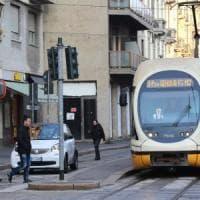 Prese a sprangate un passante alla fermata del tram a Milano, assolto per infermità mentale: la vittima ha perso l'udito