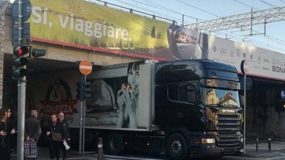 Tir sbaglia percorso e si incastra sotto il cavalcavia: traffico in tilt a Bergamo