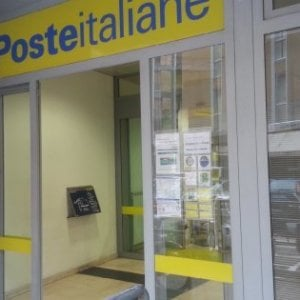 Vigevano, arrestato il direttore dell'ufficio postale: apriva conti a clienti ignari e usava le loro carte per prelevare