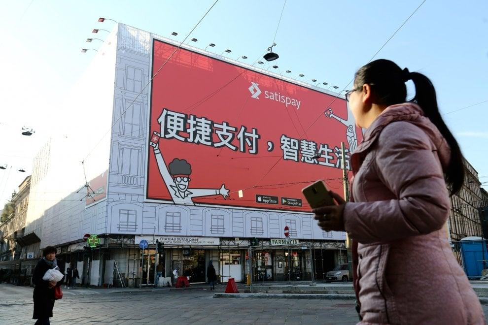 Milano multietnica, la maxi pubblicità parla cinese