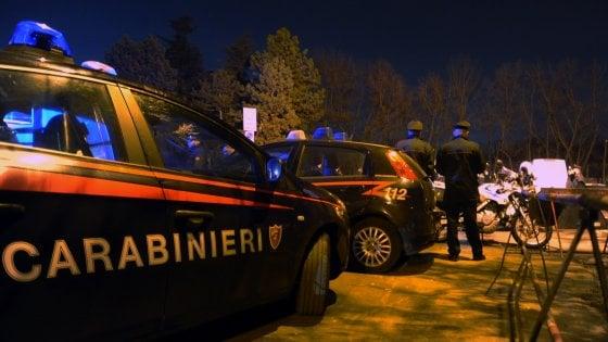 Uomo ucciso a colpi di arma da fuoco davanti a un centro commerciale nel Milanese
