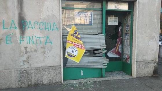 """Vandali contro la sede della Lega nel Varesotto, sui muri: """"La pacchia è finita"""""""