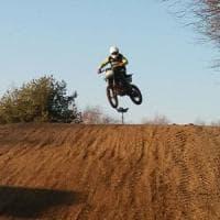 Perde controllo della moto da cross su una pista in Brianza, 31enne muore in ospedale